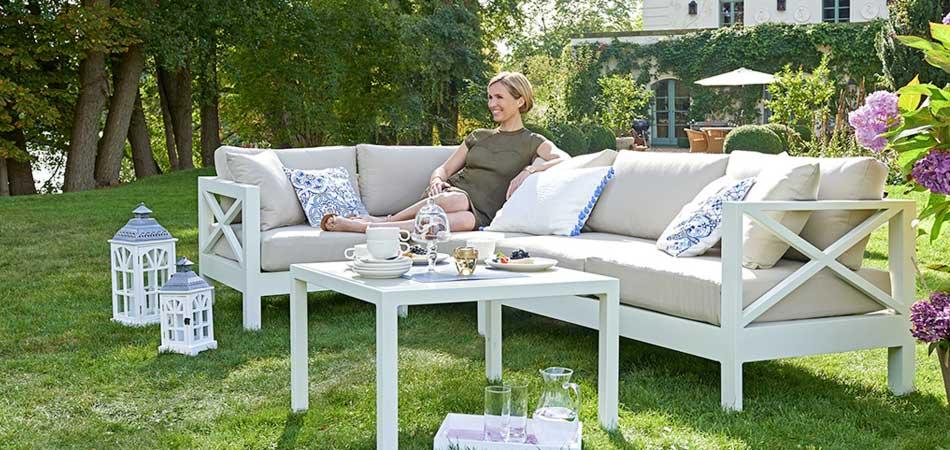 Gartenmöbel in Weiß und Beige