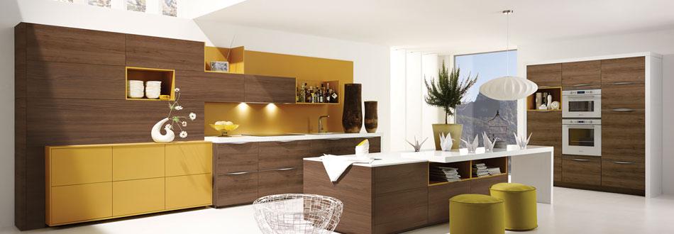 Offene gelbe Wohnküche