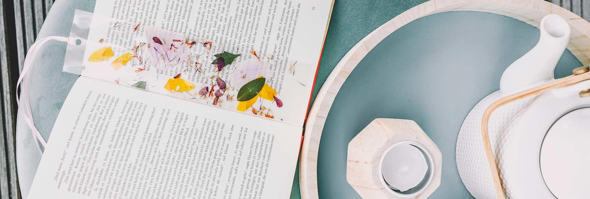 Lesezeichen mit Blütenblättern 1