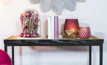 Glasglocke mit Holztablett